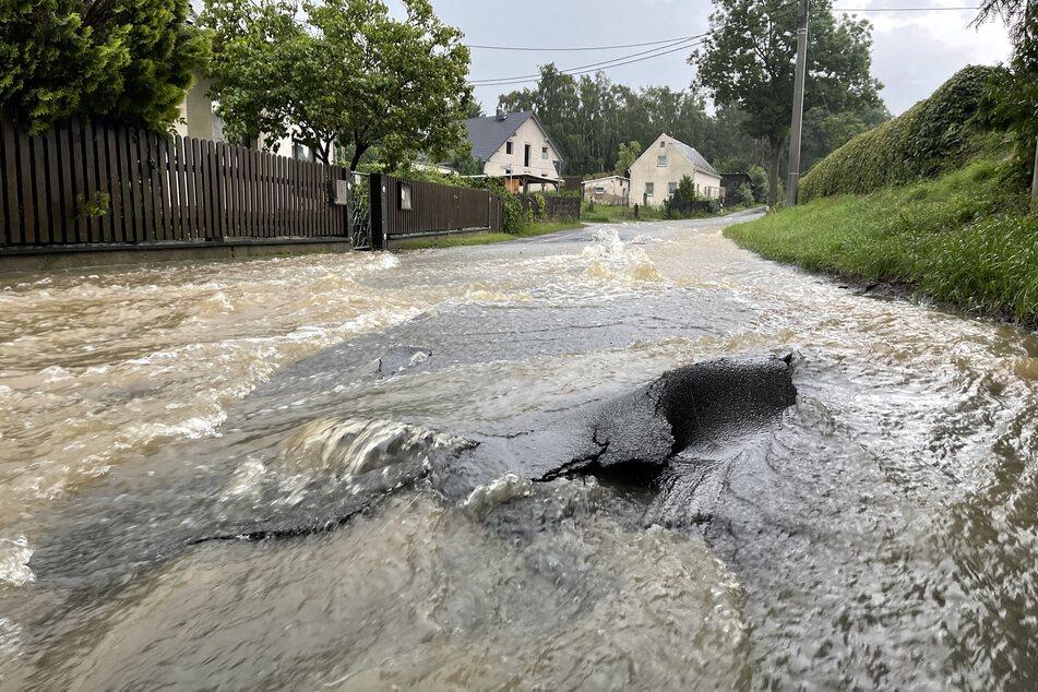 In der Gemeinde Tirpersdorf (Vogtland) stand die Stöckigter Straße unter Wasser.