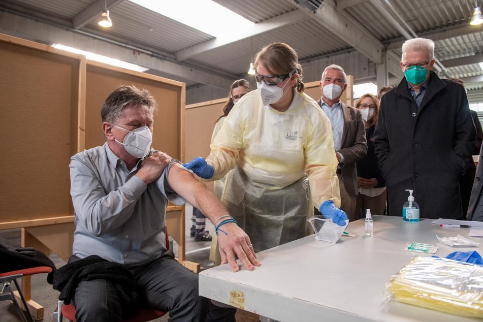Baden-Württemberg Sozialminister Manne Mucha (Bündnis 90/Die Grünen, l) lässt an sich den Ablauf einer Impfung demonstrieren.