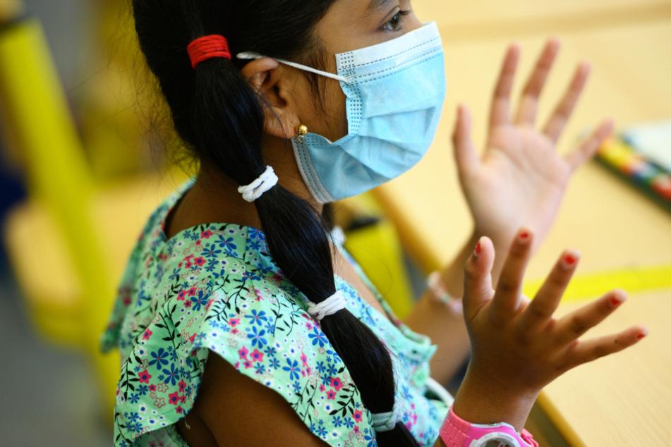 Das Foto von Ende Juli zeigt eine siebenjährige Schülerin mit Gesichtsmaske in einem Frankfurter Klassenzimmer.