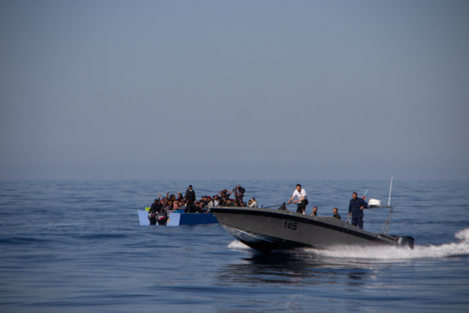 Migranten in einem Holzboot vor der Libyschen Küste.