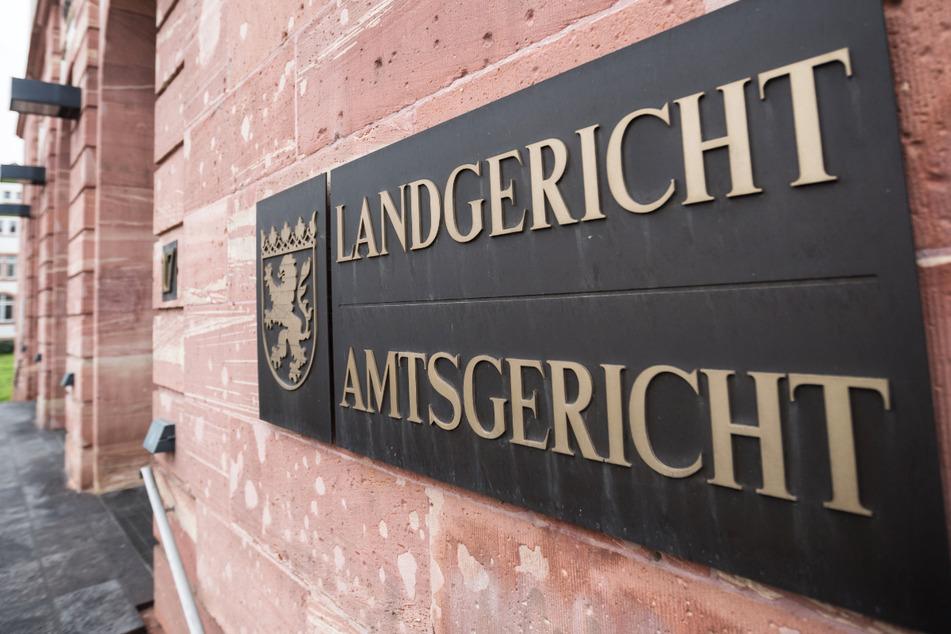 Der Prozess gegen die 60-jährige Mutter des toten Jungen wird vor dem Landgericht Hanau geführt.