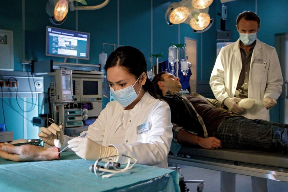 Dr. Lilly Phan und Dr. Martin Stein sind bemüht, den Unterarm von Christoph Herrmann wieder an den dazugehörigen Körper zu bekommen.