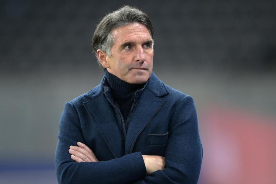 Hertha-Coach Bruno Labbadia (54) steht nachdenklich am Spielfeldrand. Gelingt es ihm, das Ruder bei Hertha BSC noch einmal herumzureißen?