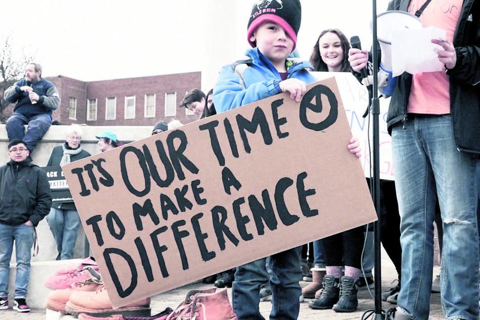 Macht Mut im Video: Junge Menschen demonstrieren für Veränderungen.