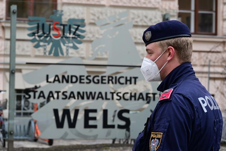 Ein Polizist steht vor dem Landesgericht in Wels, in welchem das Urteil gegen Prinzen Ernst August von Hannover gesprochen wurde.