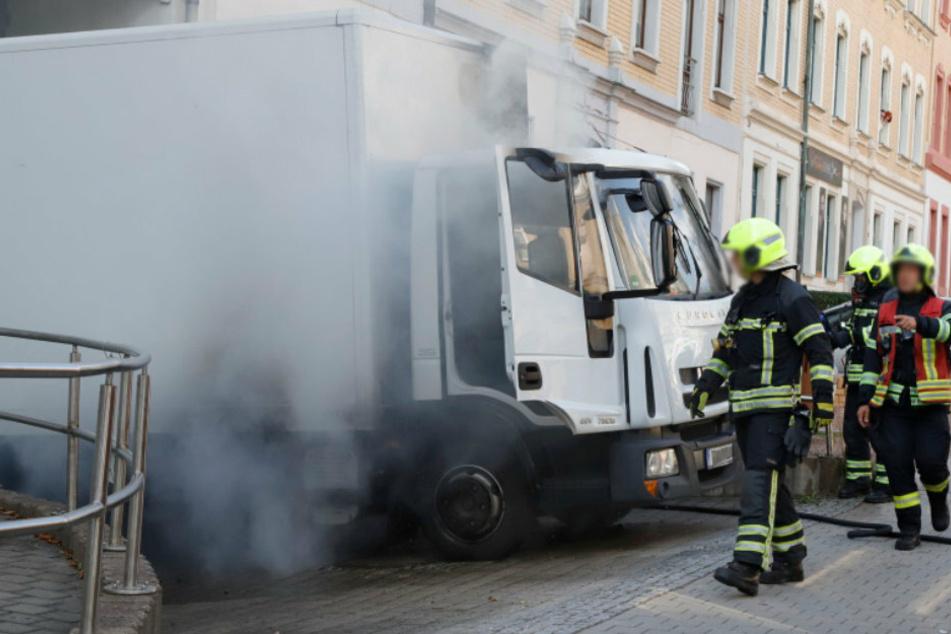 Chemnitz: Fahrer bemerkte beim Losfahren Rauch: LKW-Brand auf Chemnitzer Sonnenberg