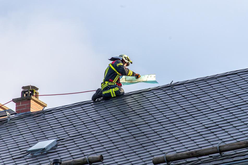 Hoch hinaus musste die Feuerwehr in Grünhain. Auf dem Dach mussten die Kameraden Blechteile sichern.