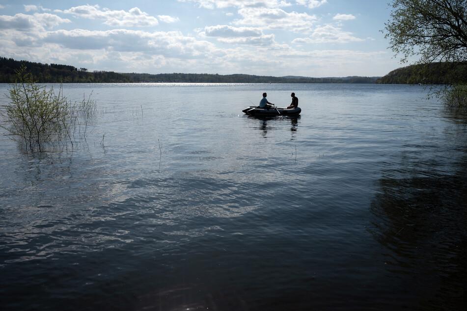 Bei der Fahrt mit seinem Boot entdeckte der Angler eine Granate. (Symbolbild)