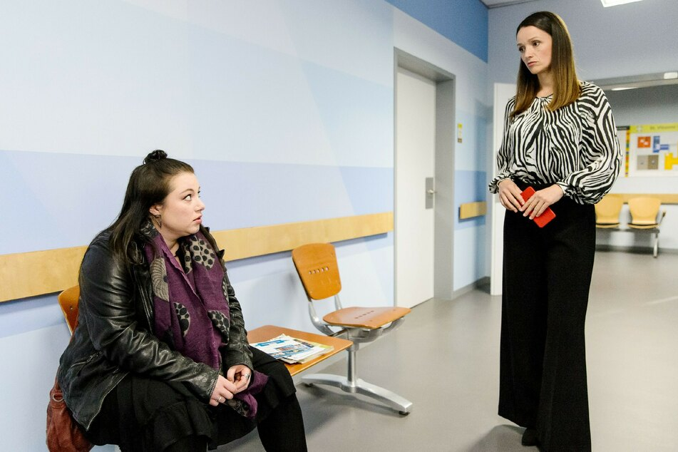 Vanessa (l.) schaffte es nicht pünktlich ins St.-Vinzenz-Krankenhaus, um Christoph vor der OP noch einmal zu sehen und macht sich Vorwürfe.