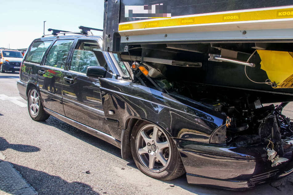 Stuttgart: Auto kracht am Teiler B10/B14 in Heck von Lkw und rutscht unter ihn