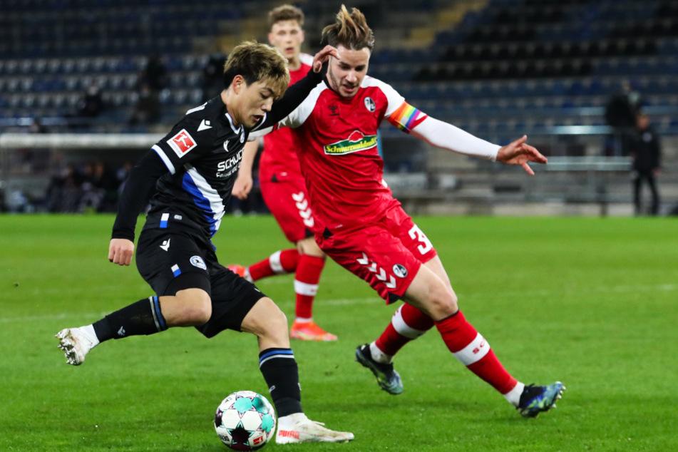 Bielefelds Ritsu Doan (22, l.) im Zweikampf mit Freiburgs Christian Günter.