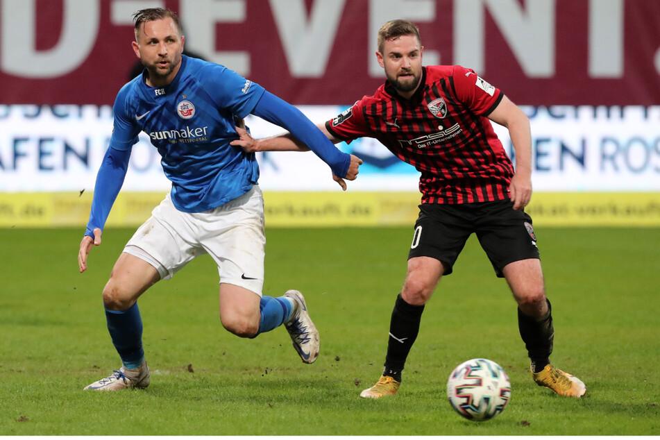 Auch Hansa Rostock um Torjäger John Verhoek (links) will aufsteigen. Im direkten Duell mit Ingolstadt und Marc Stendera hielt Rostock den FCI auf Abstand.