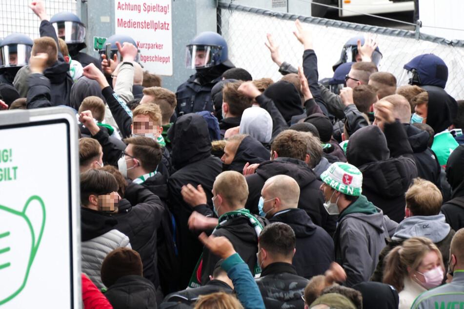 Zahlreiche Fans des SV Werder Bremen versammelten sich nach der Niederlage gegen Gladbach und dem besiegelten Abstieg am Stadion und entluden ihre Aggressionen.