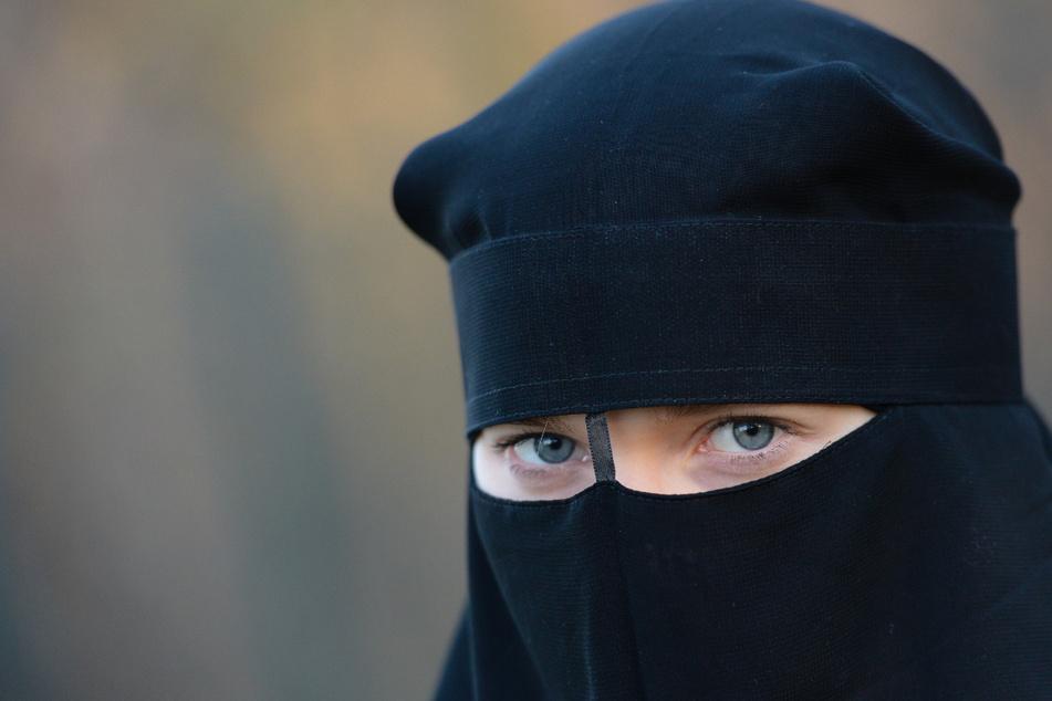 Eine Frau ist als IS-Rückkehrerin zu drei Jahren und vier Monaten Haft verurteilt worden. Sie hatte sich der Terrororganisation angeschlossen. (Symbolbild)