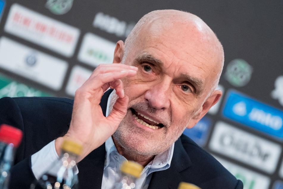 Martin Kind (77), Mehrheitsgesellschafter von Hannover 96, hat den Hamburger SV dafür kritisiert, eine staatliche Corona-Überbrückungshilfe beantragt zu haben. (Archivfoto)