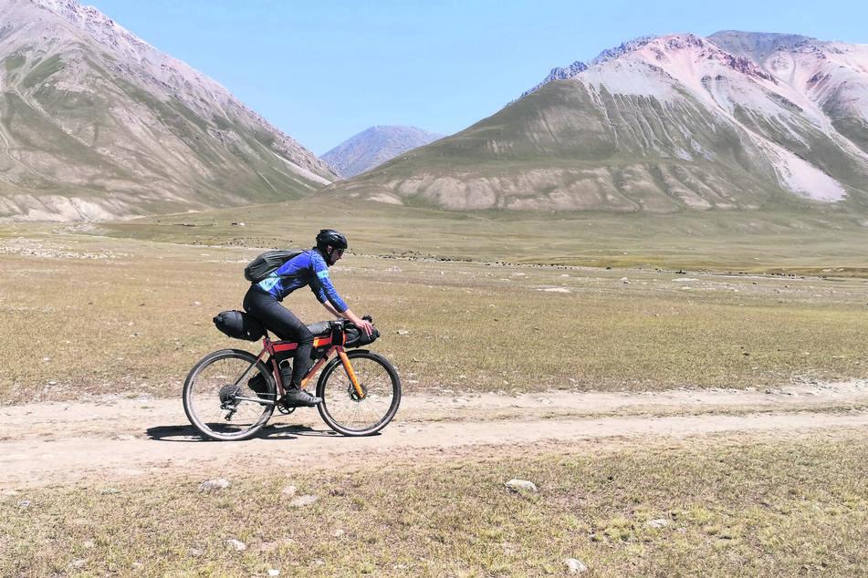 Mit Gravelbike und Packtaschen durchs wilde Tian-Shan-Gebirge. Philipp Markgraf hatte für seinen Ritt alles am Rad dabei.