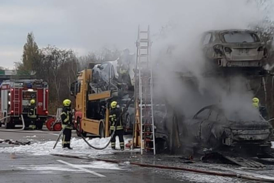 Der Brand war laut der Feuerwehr Wiedemar im Bereich des Anhängers ausgebrochen. Die Kameraden konnten ein Übergreifen der Flammen auf die Zugmaschine verhindern.