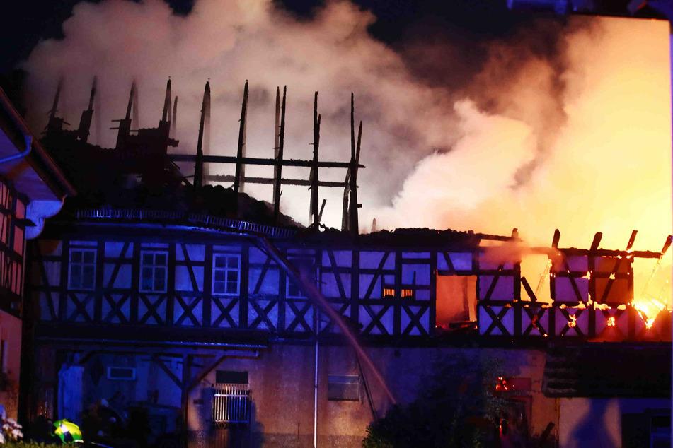 Meterhoch schlugen die Flammen am Donnerstagmorgen aus einem Vierseitenhof in Altenburg.