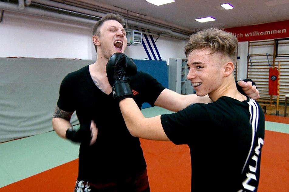 In der ersten Folge ging für Noah ein Traum in Erfüllung. Er durfte mit Kickbox-Weltmeister Michael Smolik (29, l.) trainieren.