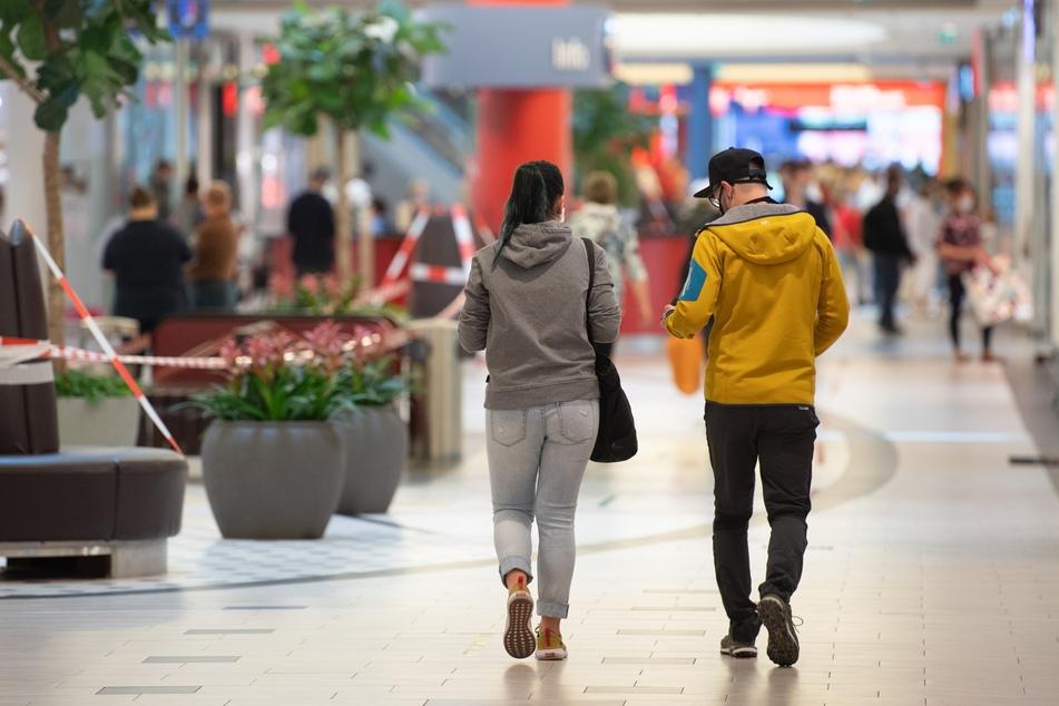 Besucher gehen im Einkaufszentrum Elbepark an Geschäften vorbei. Im Freistaat dürfen seit dem 05. Mai 2020 Einkaufszentren wieder öffnen.