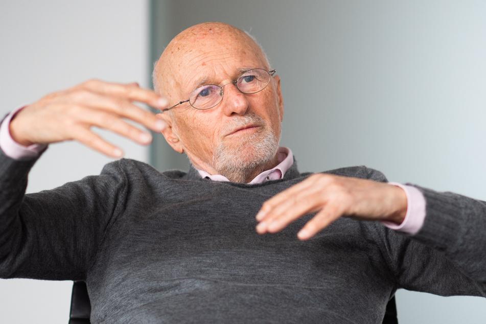 Dirk Roßmann (75), Gründer und Geschäftsführer der Drogeriemarktkette Rossmann, macht Schluss. Sein Sohn Raoul Roßmann (36). wird die Geschäftsfürhung übernehmen.