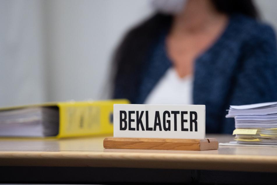 Die mittlerweile verurteilte Heilpraktikerin sitzt vor Prozessbeginn im Oberlandesgericht im Sitzungssaal auf ihrem Platz. (Archiv)