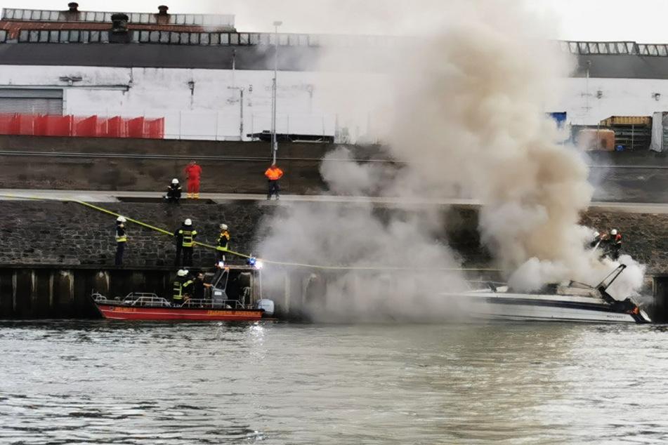 Die Feuerwehrleute brachten das Sportboot in den Andernacher Hafen, wo es dann von Land aus gelöscht werden konnte.