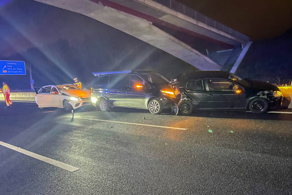Unfall mit vier Fahrzeugen: A8 voll gesperrt!