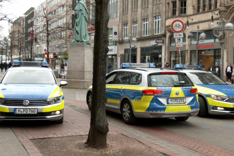 Polizisten fahren mit einer Durchsage zu den Coronavirus durch die Innenstadt von Hannover.