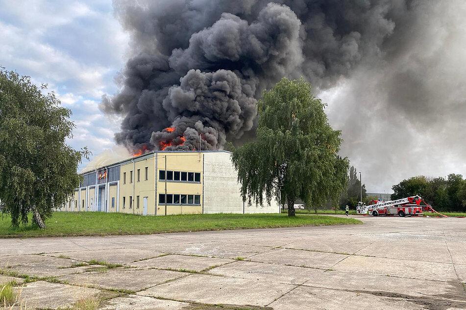 Eine dunkle Rauchwolke steigt über dem Gebäude auf.