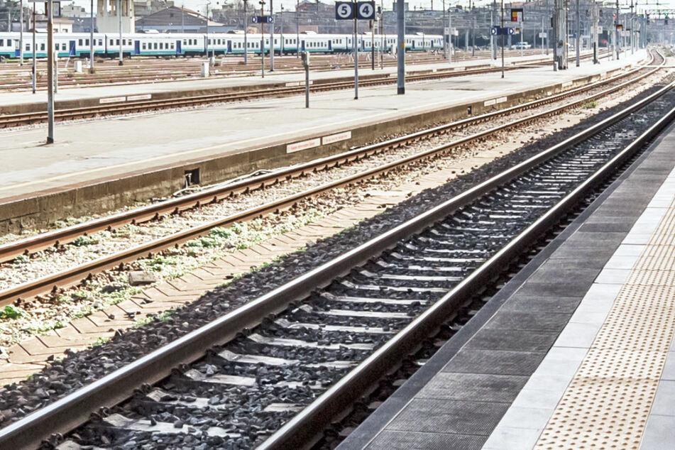 Streit eskaliert: Mann schubst 34-Jährigen ins Gleisbett