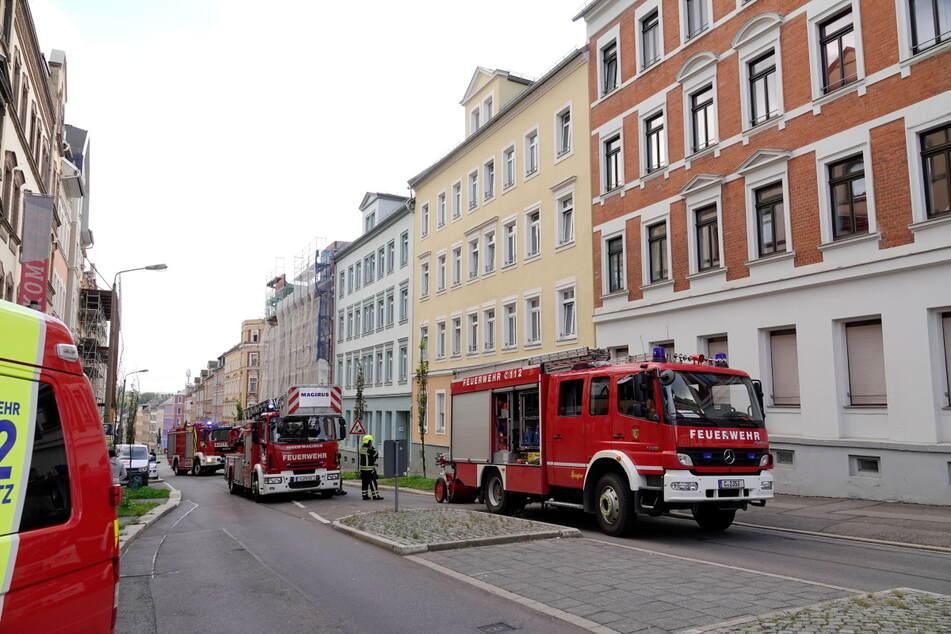 Feuerwehreinsatz auf in der Zietenstraße in Chemnitz: Ein Kellerabteil eines Mehrfamilienhauses war in Brand geraten.
