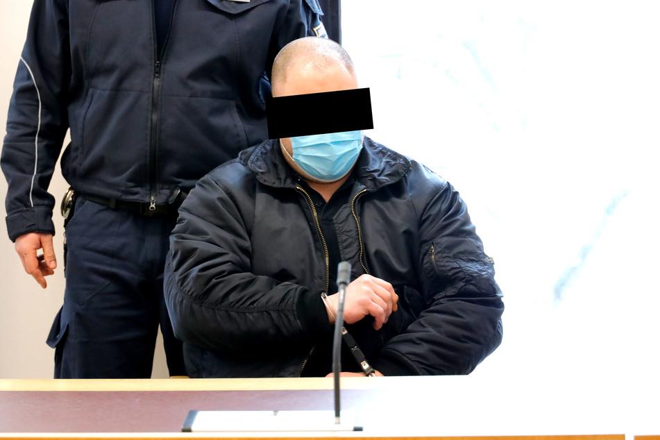 Brandstifter Mario M. (31) in Handschellen vor Gericht.