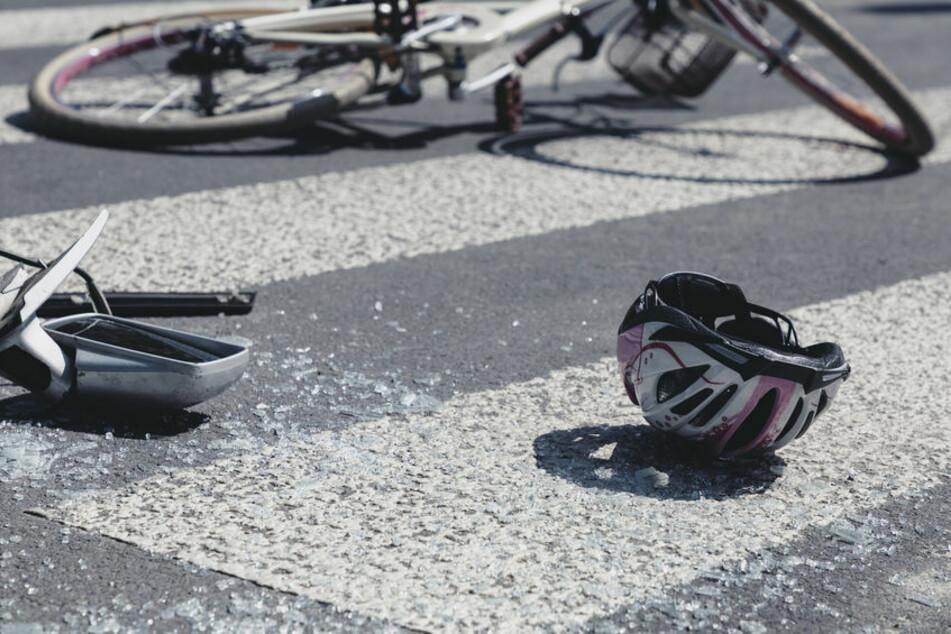 Notarzt-Anruf erfunden: Paar untersucht Auto-Schäden nach Unfall mit Radfahrer und flieht