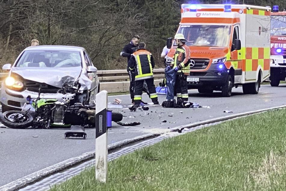 Eine Motorradfahrerin ist frontal mit einem Auto zusammengestoßen.