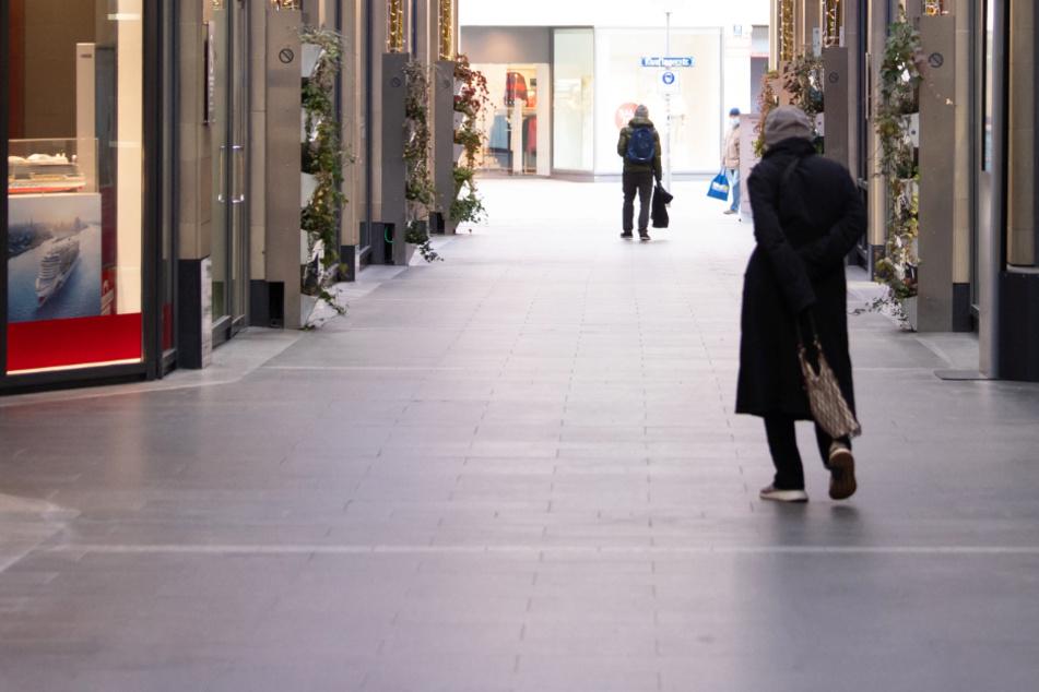 Nur wenige Passanten sind in der Innenstadt von München unterwegs.