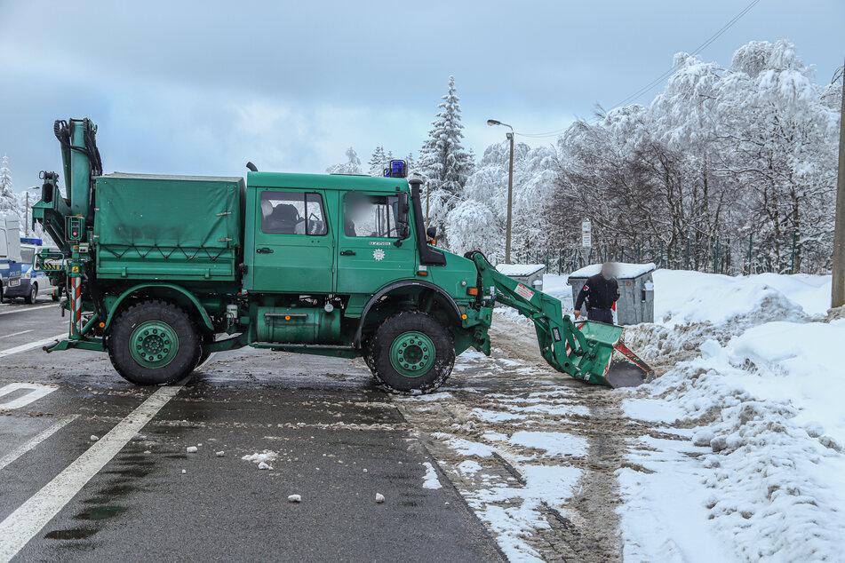 Schneeschippen am Grenzübergang: Die Bundespolizei bereitet sich in Reitzenhain auf die Grenzschließung vor.
