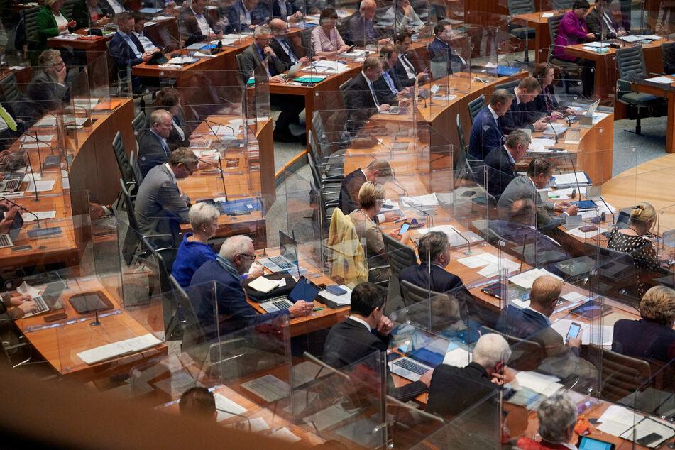 Einen Tag vor den nächsten Bund-Länder-Gesprächen debattiert der NRW-Landtag am Dienstag in einer Sondersitzung über den weiteren Kurs in der Corona-Pandemie.