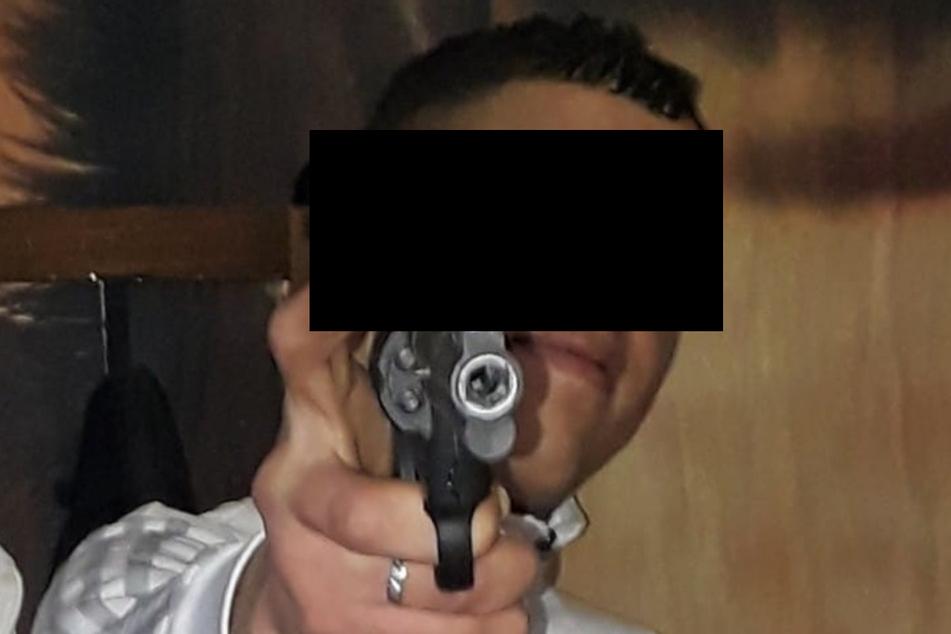 Im Internet posiert der Macheten-Mann gern mit Waffen.