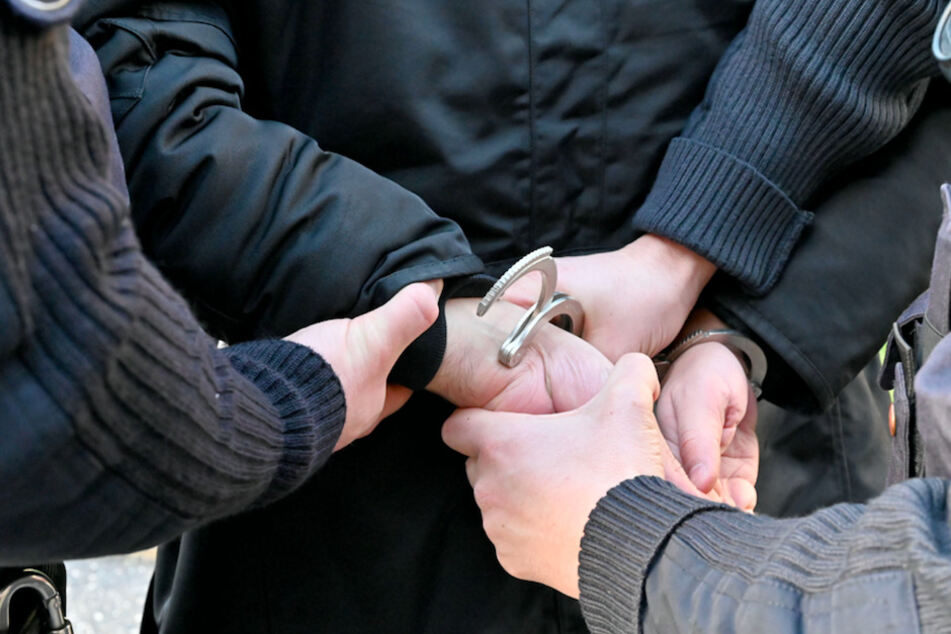 Ein mehrfach gesuchter Mann wurde bei einer Kontrolle an der A94 festgenommen. (Symbolbild)