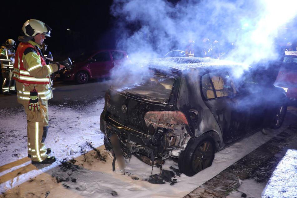 In der Hirschfelder Straße in Dresden brannte in der vergangenen Nacht ein VW Golf aus.