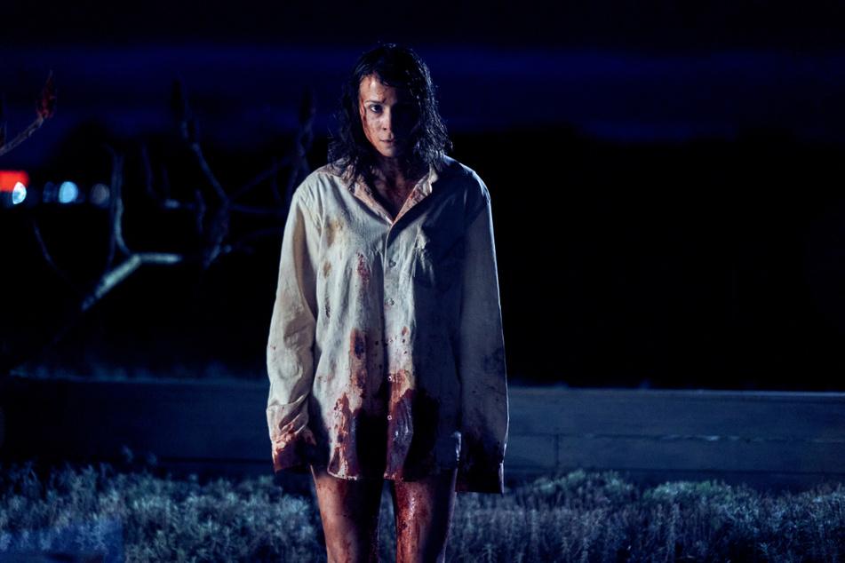 """Kurz vor der Geburt wird Kommissarin Alex Enders (Aylin Tezel) entführt und taucht eine knappe Woche später blutverschmiert und ohne Babybauch in einer Siedlung am Waldrand wieder auf: Szene aus """"Unbroken""""."""