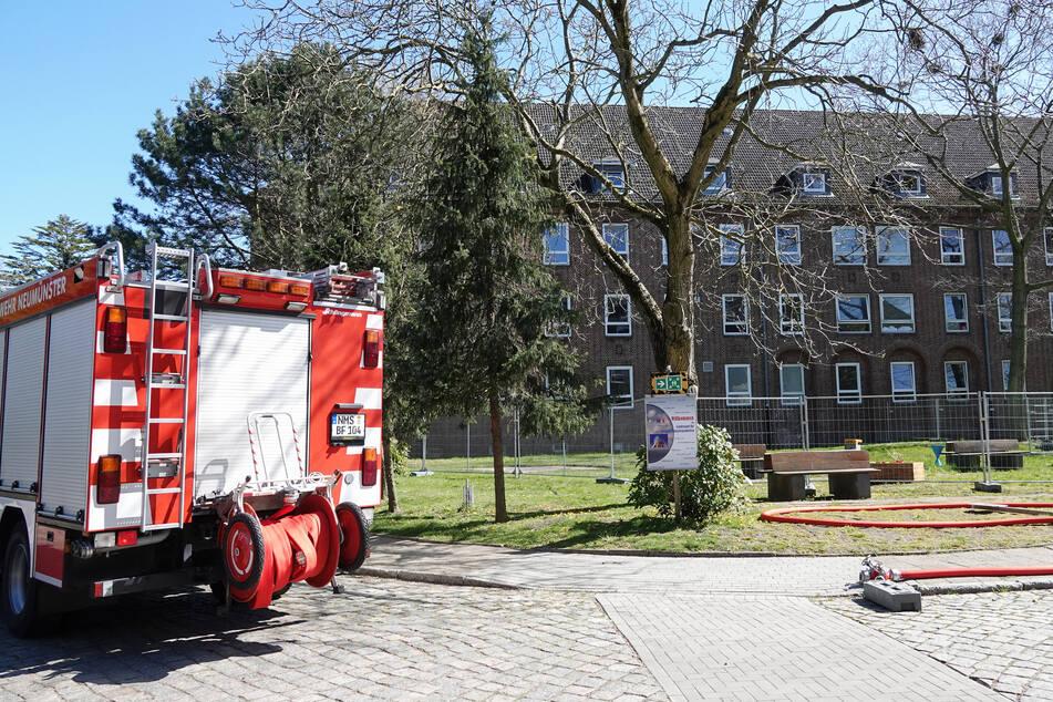 Ein Einsatzfahrzeug der Feuerwehr steht in der Landesunterkunft für Flüchtlinge in Neumünster.
