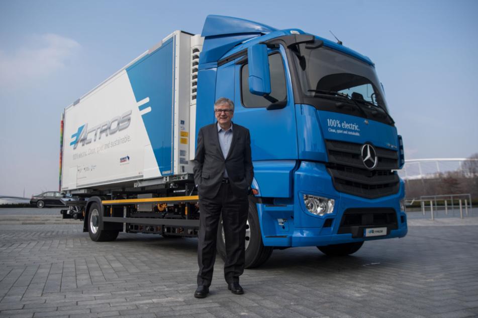 Martin Daum, Vorstandsmitglied der Daimler AG und Leiter Daimler Trucks & Buses, vor einem Elektro-Lastwagen eActros. (Archiv)