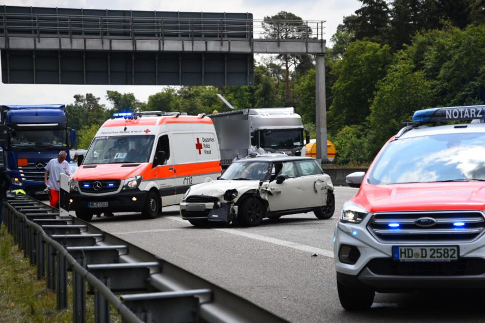 Mini schleudert über die Autobahn und rammt drei Fahrzeuge
