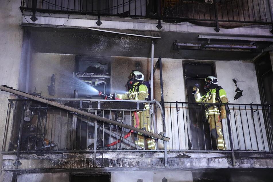 Die Fassade sowie Balkone wurden durch den Brand schwer in Mitleidenschaft gezogen.