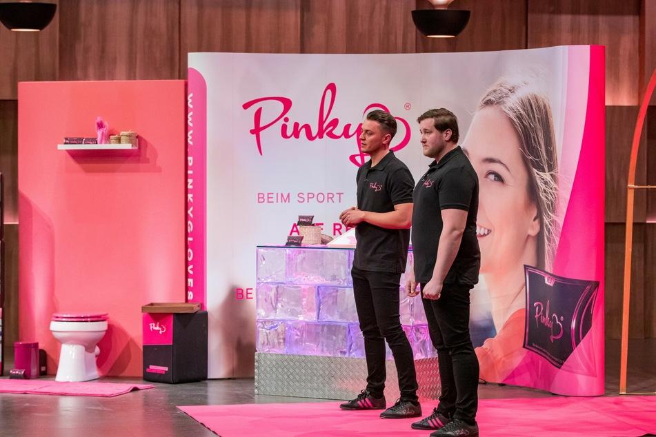 """Die Gründer von """"Pinky Gloves"""" Eugen Raimkulow (l.) und Andre Ritterwürden (beide 32) haben ihre Menstruationshandschuhe in der """"Höhle der Löwen"""" vorgestellt."""