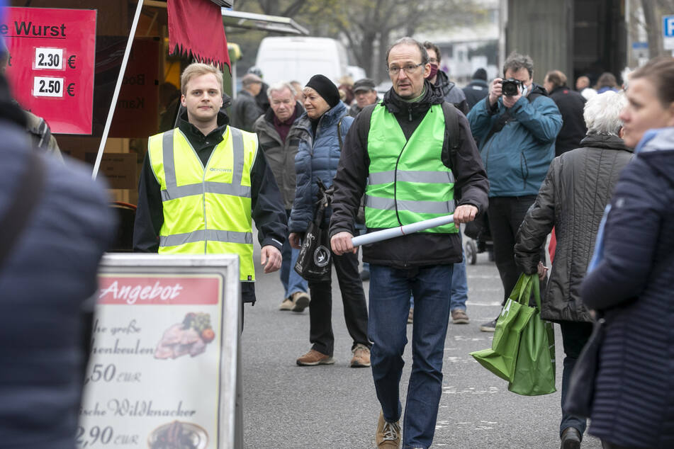Der Amtsleiter für Wirtschaftsförderung, Robert Franke (42, r.), inspizierte am gestrigen Freitag den Lingnermarkt. Flankiert wird er von einem Sicherheitsdienst-Mitarbeiter, der den Markt bestreifte.