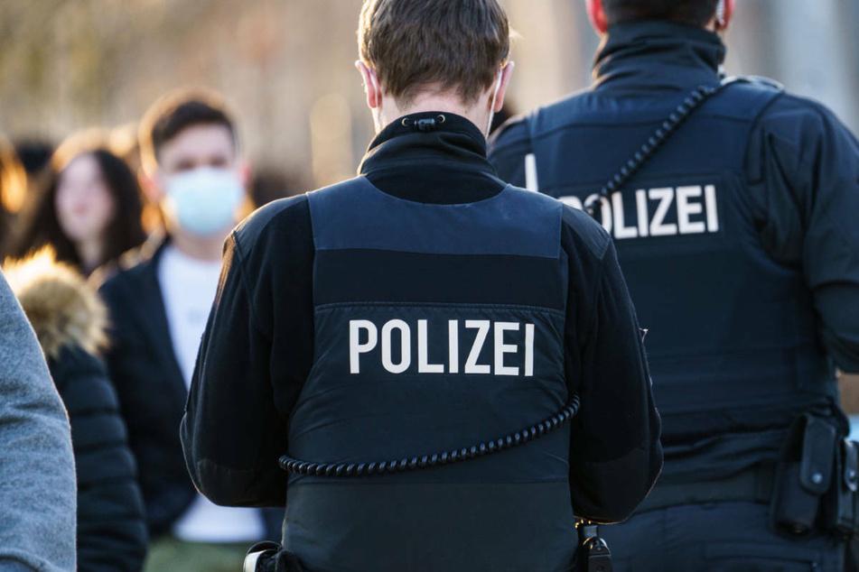 Gegen drei weitere Polizeibeamte wurden Disziplinarverfahren eingeleitet (Symbolbild).