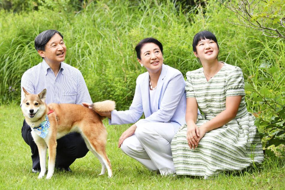 Der japanische Kaiser Naruhito (60) und seine Frau Masako (56) haben nur eine Tochter: Prinzessin Aiko (18, r.).
